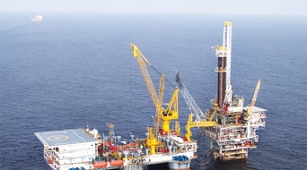 Oil and gas contracts drop by 30% in Q1, 2015