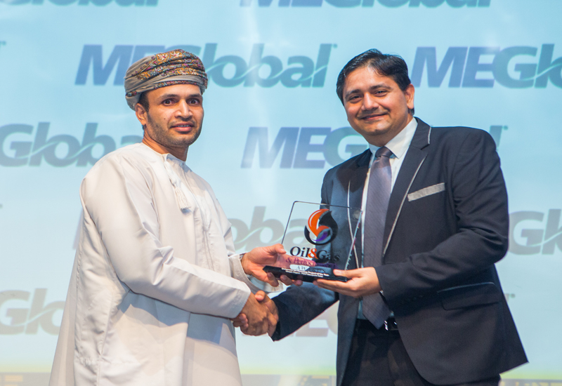 Said Amur Al-Abri of PDO receives the trophy from jury member Kamlesh Parwani.