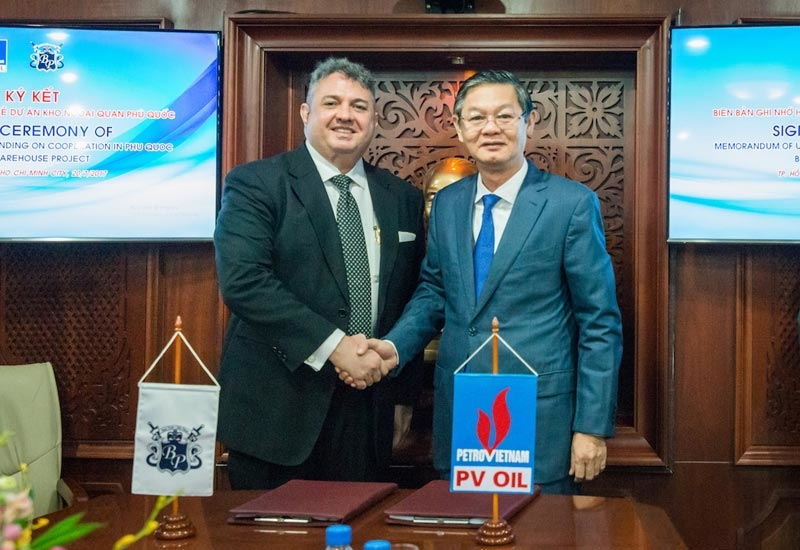 James Philip Coppola III (left), managing partner and CEO, Baron Point Petroleum Services Company, and Nguyen Hoang Tuan, chairman, board of members, PetroVietnam Oil Corporation, after signing the JV memorandum of agreement.