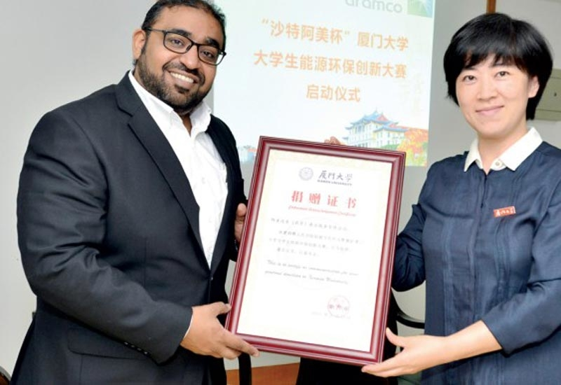 Mahir M Showdari (left), Aramco Asia chemicals director and Xiamen branch manager, received a certificate from Xiamen University after the programme commencement ceremony on 15 June 2017.