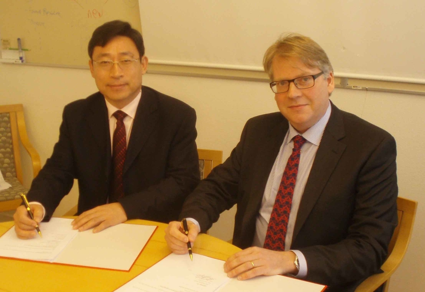 Wang Zhiyuan, president of TCC and Max J?nsson, CEO of Chemrec signing Agreement.