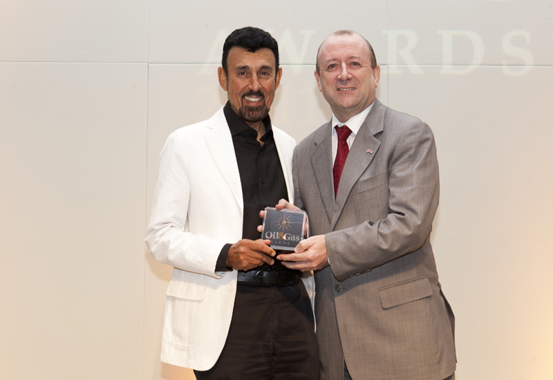Nabil Alalawi, CEO of Al Mansoori Specialized Enigineering (l) collecting his award from Terry Willis, MD of the EIC (r).