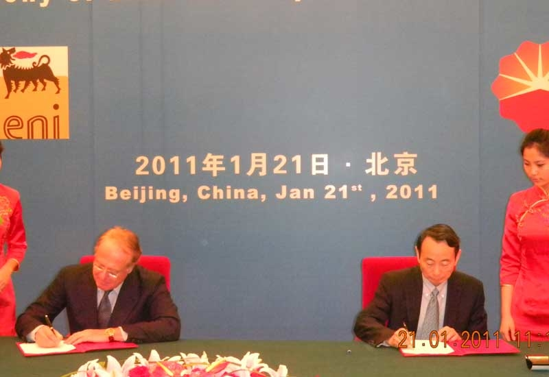 Eni's CEO Paolo Scaroni with Petrochina?s chairman Jiang Jiemin during the signing of the MoU in Beijing.