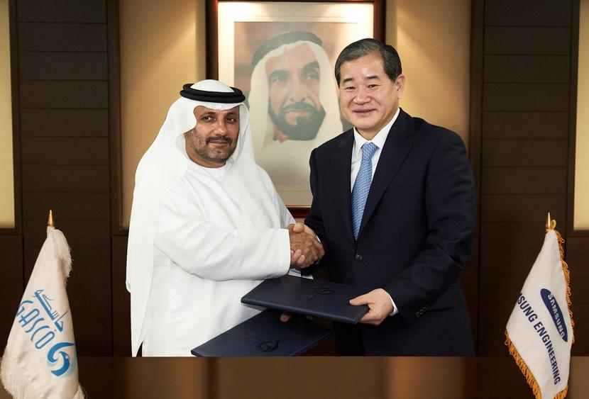 Samsung Engineering President & CEO Park Ki-Seok and GASCO CEO Mohammed Sahoo Al Suwaidi  signing the deal.
