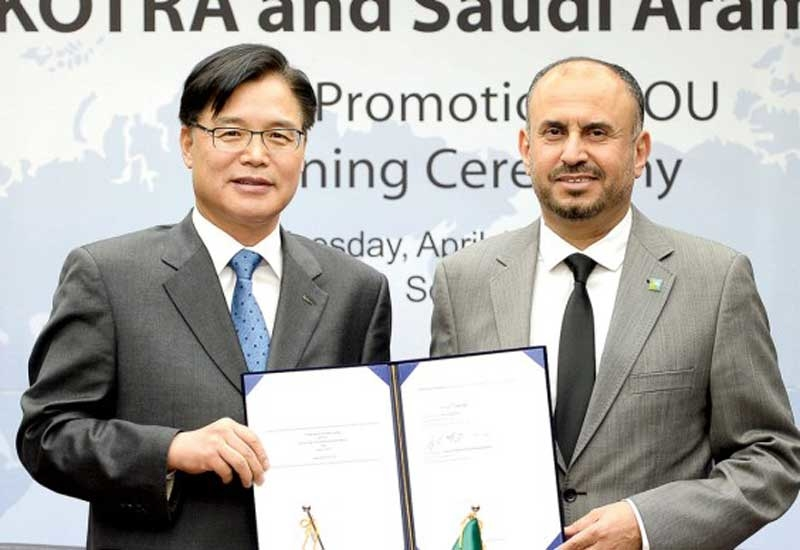 Ahmad A Al Saadi (right), Saudi Aramco senior vice president of technical services, and Kwon Pyung-Oh, president of KOTRA, display a comprehensive MoU recently signed between Saudi Aramco and KOTRA.