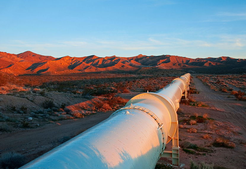 A pipeline snakes through the desert. Monitoring its integrity and internal corrosion is a challenge.