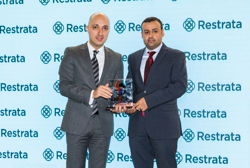 Botan Osman (left), managing director of Restrata, presents the 2018 'Technical Innovation of the Year' Award, won by Saudi Aramco for its 'Waterflood Monitoring with Surface-to-borehole Electromagnetics', to Ammar J Alshehri, petroleum engineer, Reservoir Engineering Technology Division, EXPEC Advanced Research Center, Saudi Aramco.