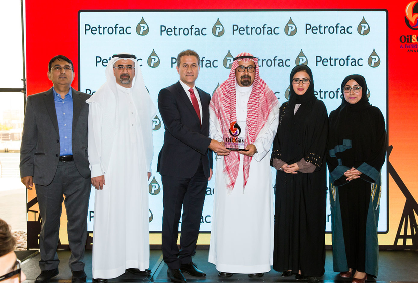 Marco Peruzzi (third from left), director, business development, Petrofac, presents the 2018 'Training Initiative/Programme of the Year' Award, won by the 'Geoscience Train Programme' of Saudi Aramco, to Aus Al Tawil (third from right), manager of Southern Reservoir Characterisation Department at Saudi Aramco.