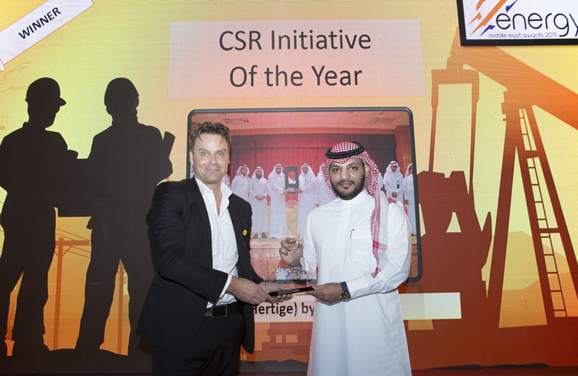 Sultan Al Anzi (right), project manager, SATORP, receives the CSR Initiative of the Year Award won by SATORP for Torathuna (Our Heritage) from Rory McCarthy, chief commercial officer, Yellow Door Energy, at the 2019 Middle East Energy Awards.